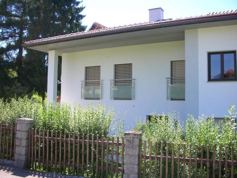Französische Balkone aus Glas an einem Haus